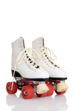 Patins de rouleau blancs de quadruple de femmes Images stock