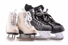 Patins do hóquei em gelo e figura patins isolados no branco imagens de stock