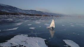 Patins do iate dos navios de navigação no patim de gelo navigação do Gelo-barco no Lago Baikal vídeos de arquivo