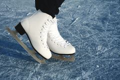 Patins du ` s de femmes sur la glace Photographie stock