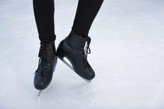Patins sur le plan rapproché de glace photos stock