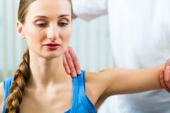 Patiënt bij de fysiotherapie die fysieke therapie doen Stock Foto's