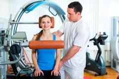 Patiënt bij de fysiotherapie die fysieke therapie doen Royalty-vrije Stock Fotografie