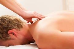 Patiënt bij de fysiotherapie - massage Royalty-vrije Stock Foto's