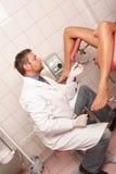 Patiënt bij gynaecoloogonderzoek Stock Afbeeldingen