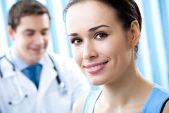 Patiënt en arts Stock Foto's