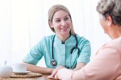 Patiënt tijdens huis medisch overleg Royalty-vrije Stock Foto's