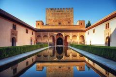 Patio árabe medieval con la piscina Imagenes de archivo