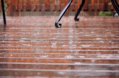 Patio/γέφυρα στη δυνατή βροχή Στοκ φωτογραφία με δικαίωμα ελεύθερης χρήσης