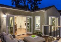 Patio al aire libre de los muebles/cubierta de madera en el crepúsculo foto de archivo libre de regalías