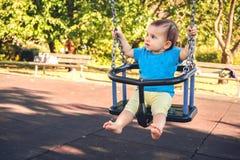 Patio al aire libre del verano del bebé del oscilación del parque recién nacido del juego Imagenes de archivo