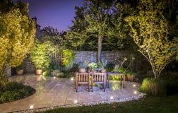 Patio al aire libre iluminado en la noche foto de archivo libre de regalías