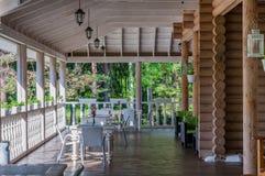 Patio al aire libre silencioso con las tablas y los floreros como el café en el bosque hermoso para el escape, desenchufado Foto de archivo libre de regalías