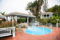 Patio alrededor de una piscina residencial de la fuente Fotografía de archivo