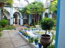 Patio andaluz típico en Córdoba, Andalucía, España Fotos de archivo libres de regalías