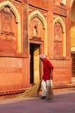 Patio arrebatador del trabajador local de Jahangiri Mahal en el fuerte de Agra, Foto de archivo