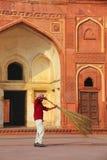 Patio arrebatador del trabajador local de Jahangiri Mahal en el fuerte de Agra, Imagenes de archivo