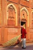 Patio arrebatador del trabajador local de Jahangiri Mahal en el fuerte de Agra, Fotos de archivo libres de regalías
