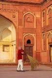 Patio arrebatador del trabajador local de Jahangiri Mahal en el fuerte de Agra, Imágenes de archivo libres de regalías