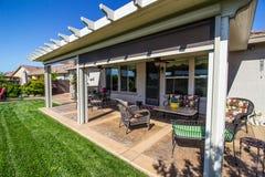 Patio arrière moderne de yard avec des meubles photo libre de droits