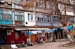 Patio auténtico con el lavadero de sequía en cuerda para tender la ropa Odessa Ukraine Fotografía de archivo