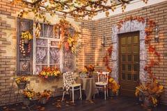 patio Blinden van het venster en de bakstenen muren met aut wordt verfraaid die Stock Fotografie