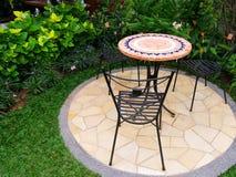 Patio bonito del jardín con muebles Fotos de archivo libres de regalías