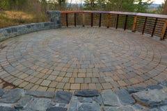 Patio circular de la pavimentadora del ladrillo del patio trasero del jardín imagen de archivo libre de regalías