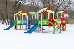 Patio colorido en yarda en el parque del invierno Fotos de archivo