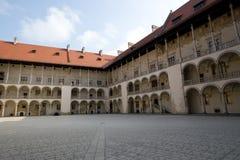 Patio con arcadas en el castillo de Wawel, Polonia Foto de archivo libre de regalías