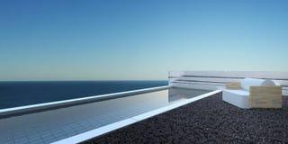 Patio con la piscina que pasa por alto el océano Fotos de archivo