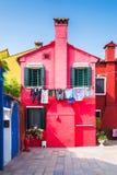 Patio con las casas coloridas en la isla de Burano, Venecia, Italia Foto de archivo