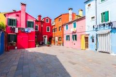 Patio con las casas coloridas en la isla de Burano, Venecia, Italia Fotografía de archivo libre de regalías