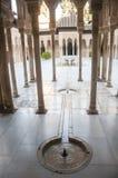 Patio con los pilares de piedra arqueados delicados Imagenes de archivo