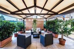 Patio couvert extérieur avec des meubles et des plantes images libres de droits