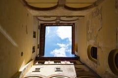 Patio cuadrado medieval y cielo azul, Italia Imágenes de archivo libres de regalías