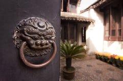 Patio d'une maison de chinois traditionnel behing une porte fermée Image stock