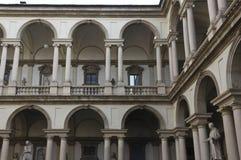 Patio de Accademia di Brera en el centro de Milán imagenes de archivo