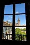 Patio de Banderas y el Giralda se elevan, Sevilla, Andalucía, España Imágenes de archivo libres de regalías