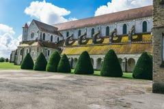 Patio de la abadía francesa antigua Imagenes de archivo