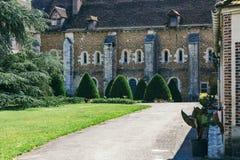 Patio de la abadía francesa antigua Imágenes de archivo libres de regalías