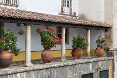 Patio de la columnata con el piso del guijarro y el florero ornamental Fotos de archivo libres de regalías