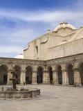 Patio de la iglesia en Perú Foto de archivo libre de regalías