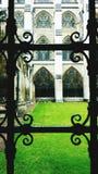 Patio de la iglesia a través de la ventana del hierro labrado Imagen de archivo