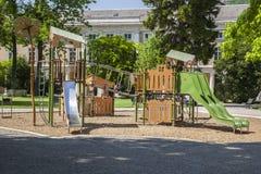 Patio de los niños en un parque en el centro de ciudad Foto de archivo