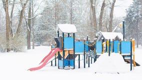 Patio de los niños en un parque público en invierno Fotografía de archivo
