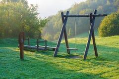 Patio de madera de los niños en paisaje del verde de la montaña Imagenes de archivo