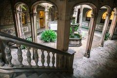 Patio de un edificio gótico en Barcelona imagen de archivo libre de regalías