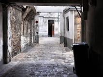 Patio decrépito en París Imágenes de archivo libres de regalías