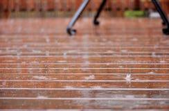 Patio/dek in zware regen stock foto